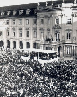 Charles de Gaulle speaks to the young German people on September 9th 1962 in the courtyard of the Castle of Ludwigsburg.